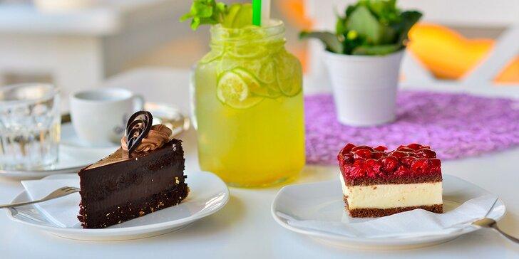 Výborné domáce koláče a zákusky s kávou alebo limonádou! V ponuke aj raw a bezlepkové druhy!