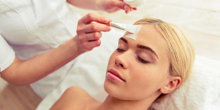 Vákuová dermabrázia alebo chemický peeling pre krásnu pleť