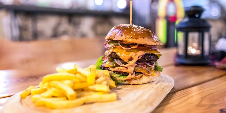 Hovädzí double Jack Daniel´s burger s hranolčekmi