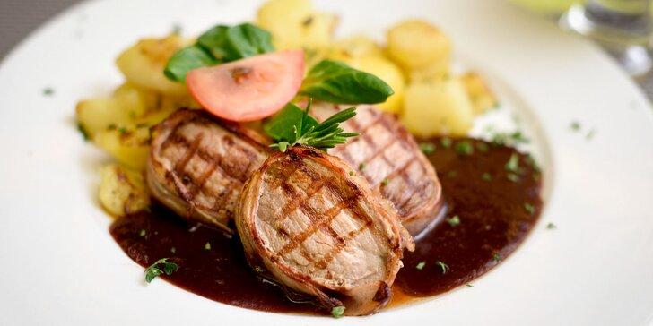 Bravčové medajlónky s rozmarínovými zemiakmi a dezertom