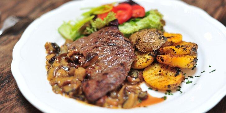 Steak z hovädzej roštenky s hríbovou omáčkou a slepačou polievkou