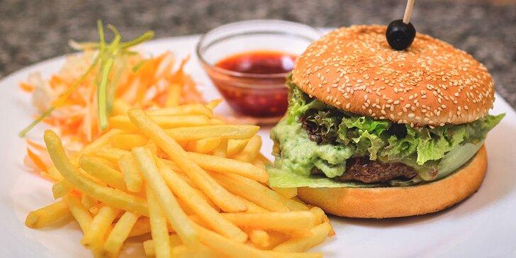 Wasabi burger s hranolčekmi a sweet chilli omáčkou