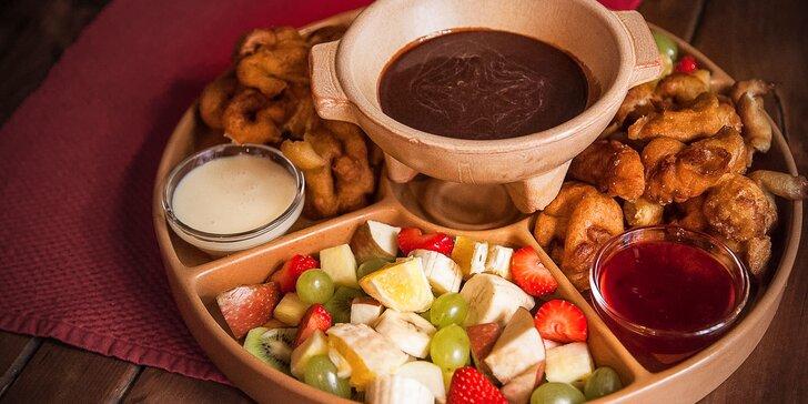 Vyprážané škoricové vrkôčiky s čerstvým ovocím a belgickou čokoládou