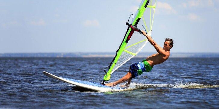 Kurz windsurfingu na Seneckých jazerách a požičanie neoprénu!