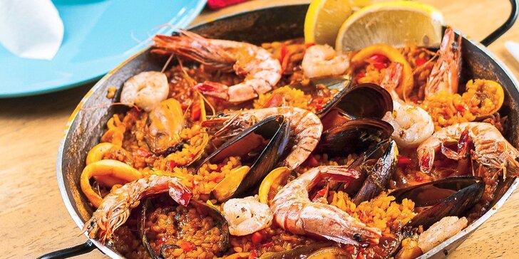 Pravá španielska Paella s plodmi mora alebo plnené cannelloni