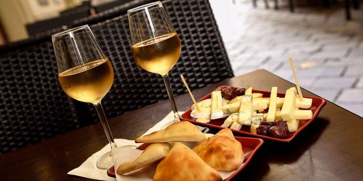 Syrový tanier s chrumkavým panini a k tomu vínko