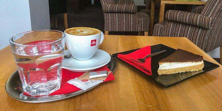 Chutný domáci koláč s kávou
