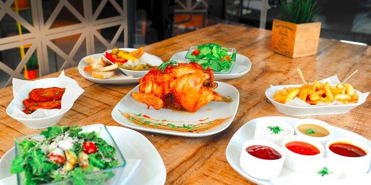 Grilované kurča z farmy s prílohami, omáčkami a nápojom