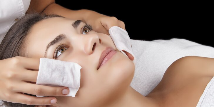 Regeneračné ošetrenie pleti s masážou tváre a dekoltu a úpravou obočia