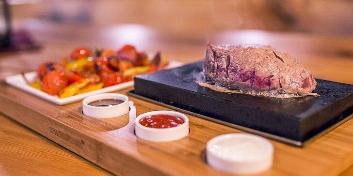 Steak podávaný na horúcom lávovom kameni