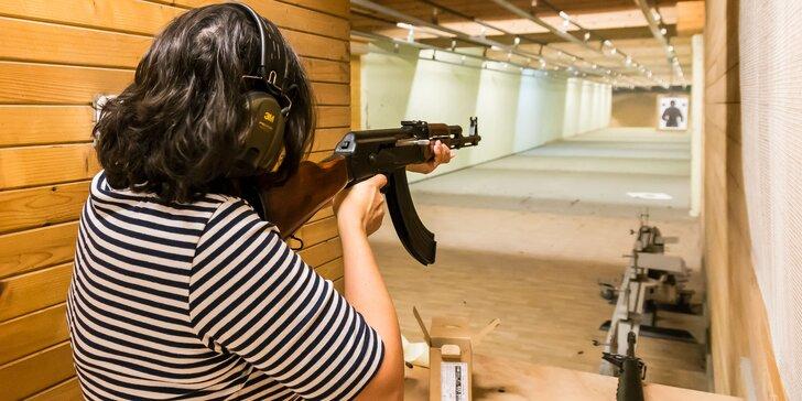 Streľba v krytej strelnici z rôznych zbraní