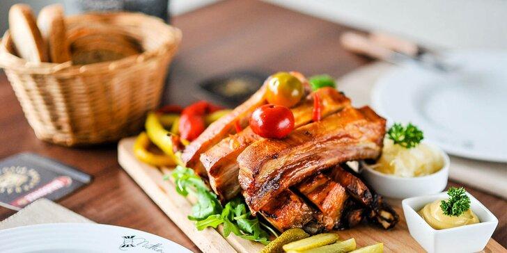Pečené barbecue vysoké rebierka s prílohou a nápojom