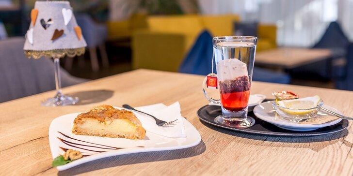 Koláčik podľa výberu s espressom, čajom alebo horúcou brusinkou v Pinet clube