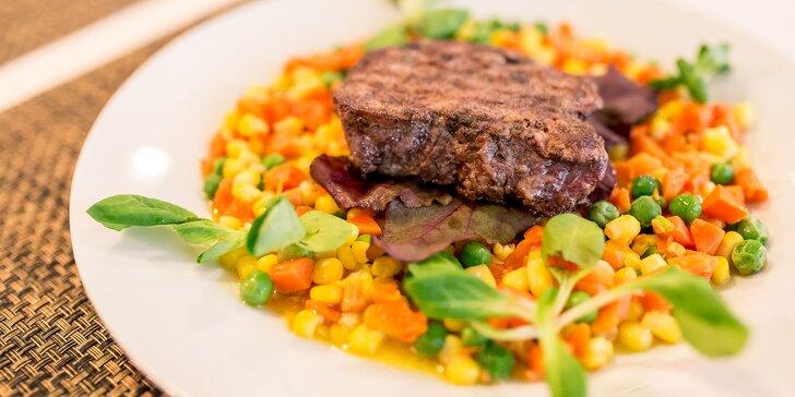 Steak z hovädzej sviečkovice aj s prílohou a omáčkou