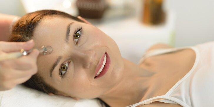 Omladzujúce ošetrenie pleti a masáž tváre v salóne Beauty