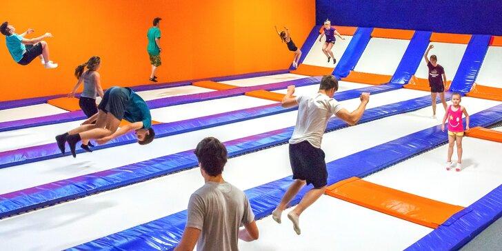 Hodinové bláznenie sa na trampolínach v aréne ENHA Freestyle