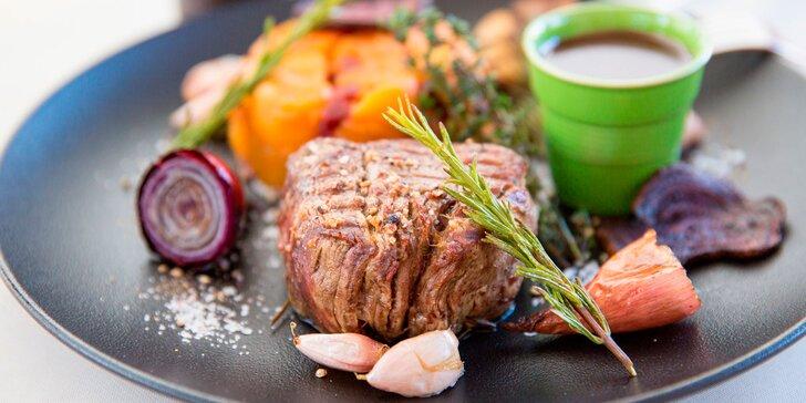 Hovädzí steak na omáčke z červeného vína s batátmi a cviklou