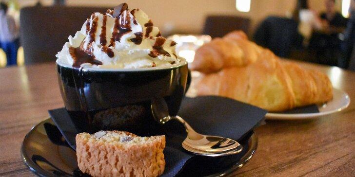 Belgická horúca čokoláda s domácou šľahačkou a croissantom v Static coffee