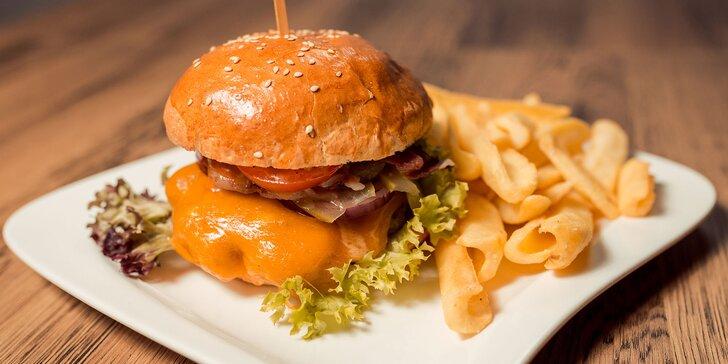 3 druhy burgerov aj s omáčkou a steakovými hranolčekmi