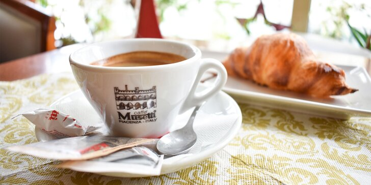Espresso Musetti s maslovým croissantom alebo pagáčikom
