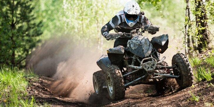 Nadupaná adrenalínová jazda na štvorkolkách na profesionálnej motocrossovej trati