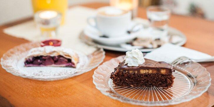 Čaj alebo káva s koláčikom v kaviarni Mon café