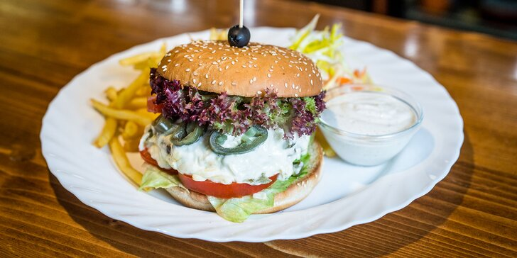 Jalapeños burger s hranolčekmi a dresingom