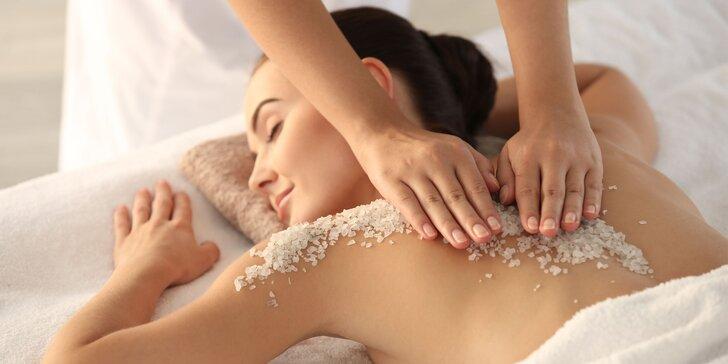 Prírodná peelingová masáž soľou z Mŕtveho mora v relaxačnom centre Kryštál