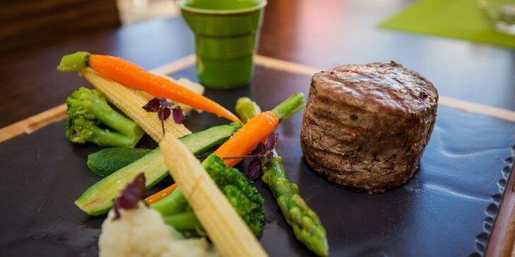 Hovädzí steak s baby zemiakmi a zelenou grilovanou zeleninou
