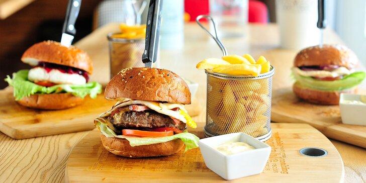 Šťavnatý burger s hranolčekmi a Coca-Colou v SAN ANGELLO
