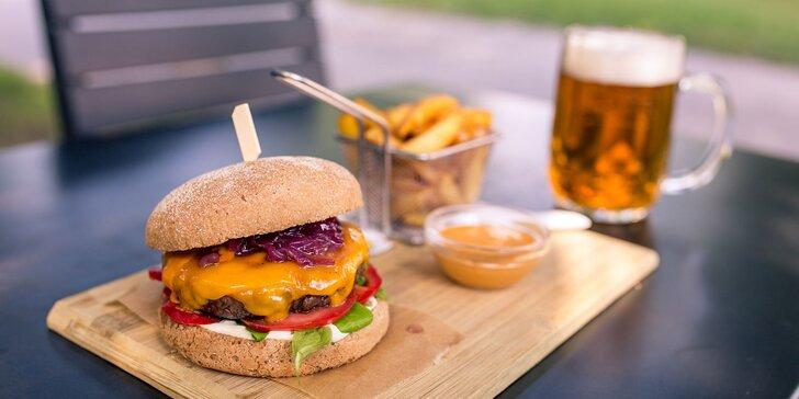 Šťavnatý burger s domácimi hranolčekmi, limonádou alebo pivom