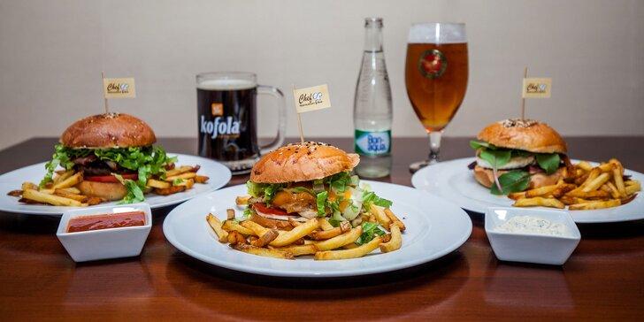 Šťavnatý klasický alebo vegetariánsky burger s hranolčekmi, omáčkou a nápojom