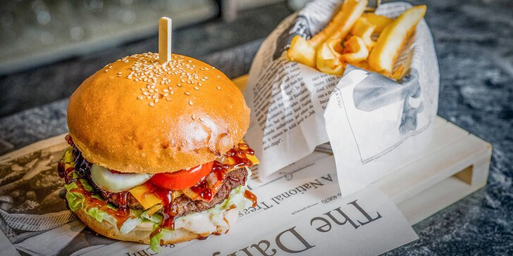 Famózny Texas alebo Black Angus burger s hranolčekmi a cibuľovými krúžkami