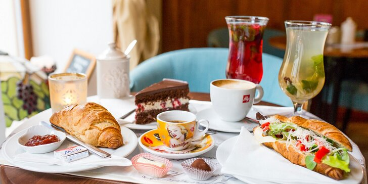 Káva, horúci drink, zákusok, croissant či pralinky v café Racine