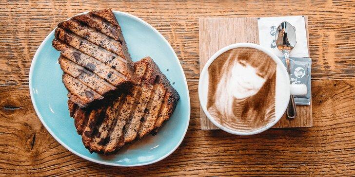 Selfiecinno s vlastnou fotografiou a domáci banana bread vo Five Points