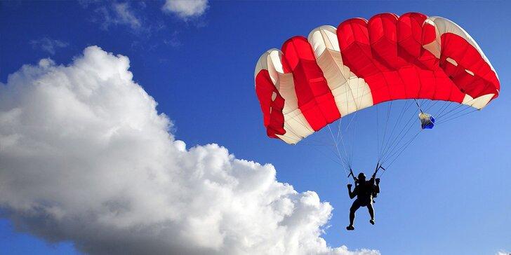 Tandemový zoskok alebo 6 hodín výcviku a sólo zoskok padákom
