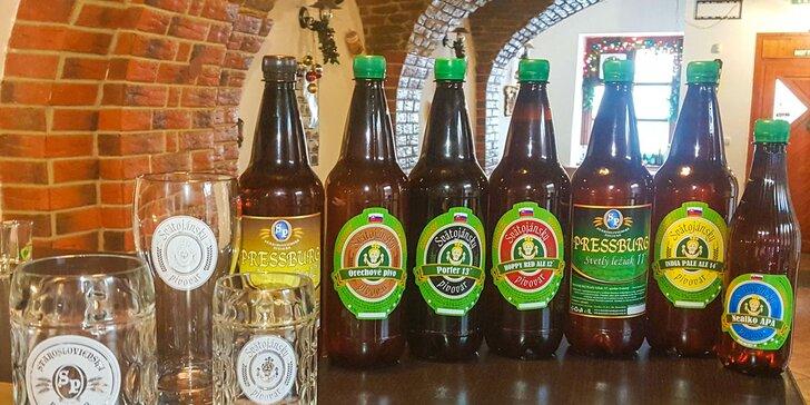 Domáce fľaškové pivo a pohár s logom Staroslovienskeho pivovaru