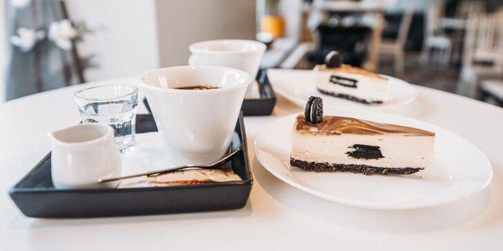 Lahodný cheesecake či Sacherova torta s kávou alebo vínom