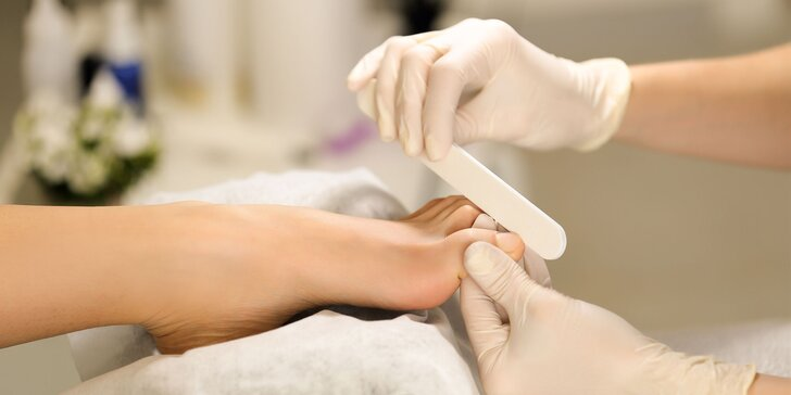Wellness perličková pedikúra s masážou chodidiel či japonskou manikúrou