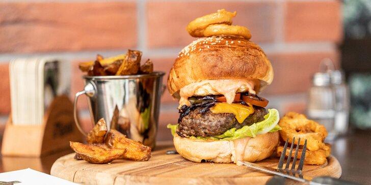 3 druhy burgerov s hranolčekmi a cibuľovými krúžkami