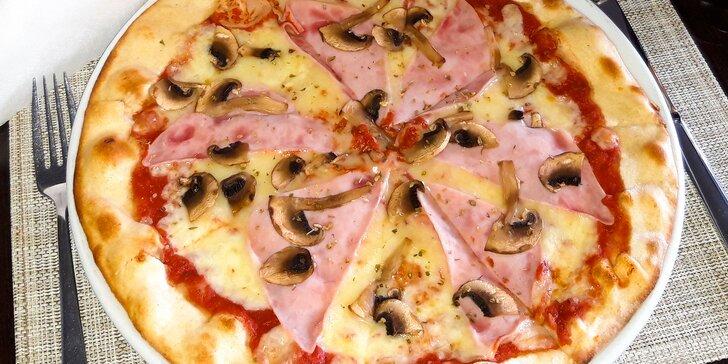 Chrumkavá pizza a veľký nápoj k tomu v reštaurácii Kamzík na Donovaloch