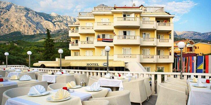 Pobyt v hoteli neďaleko Makarskej riviéry pre pár alebo rodinu: raňajky a bazén