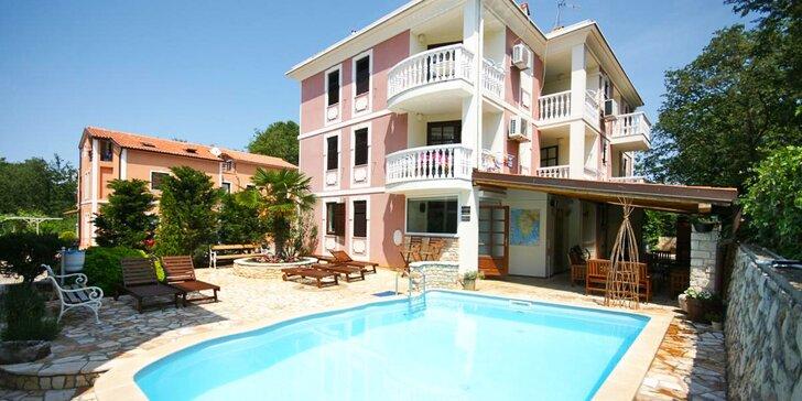 Dovolenka na Istrii až pre 5 osôb: izba či apartmán, bazén a 350 m na pláž