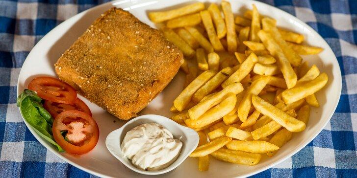 Domáci vyprážaný syr s hranolčekmi alebo americkými zemiakmi