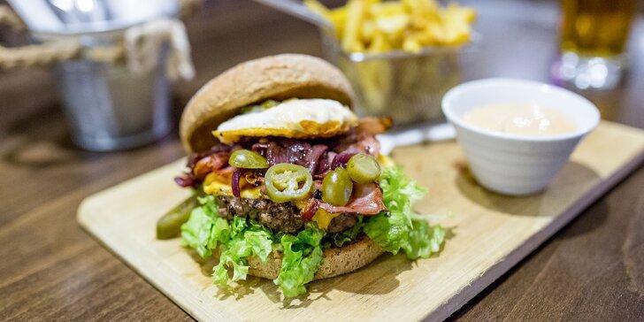 Šťavnatý burger s domácimi hranolčekmi a pivom