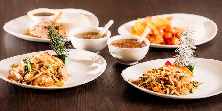 Polievka a hlavné jedlo v čínskej reštaurácii Peking