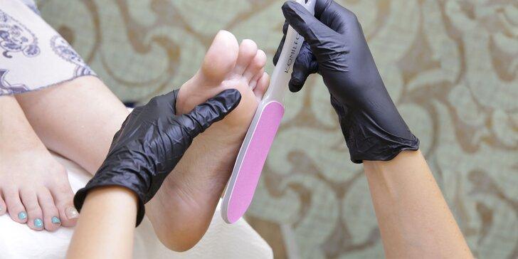 Krásne nohy vďaka 3 druhom pedikúry či gél laku