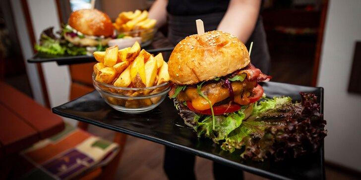 Šťavnatý hovädzí alebo kurací burger v reštaurácii Nirrti