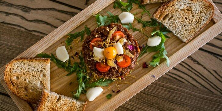 Tatársky biftek z jelenice s hriankami a tradičnou prílohou