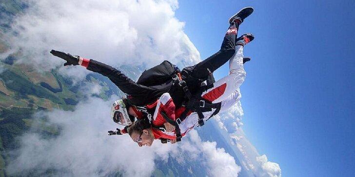 Jedinečný zážitok nabitý adrenalínom - tandemový zoskok aj s HD video záznamom